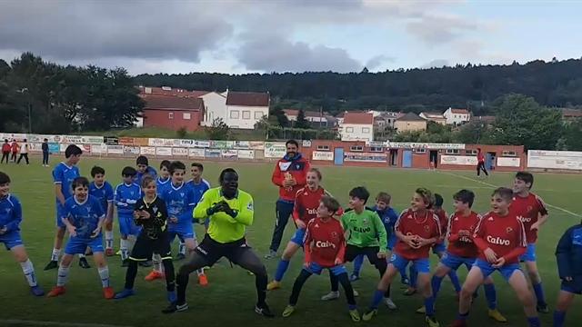El peculiar baile de un árbitro para que los niños comprendan que lo importante es pasarselo bien