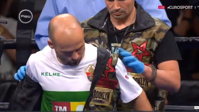 La subida al ring de Kiko Martínez con su característica camiseta del Elche