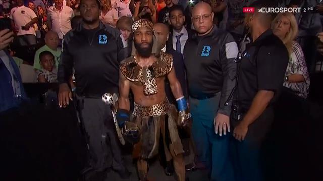 La estrambótica salida de Russell, ataviado con una vestimenta propia de cualquier tribu africana