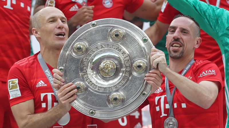 Arjen Robben et Franck Ribéry (Bayern Munich) avec le trophée de champion d'Allemagne 2019