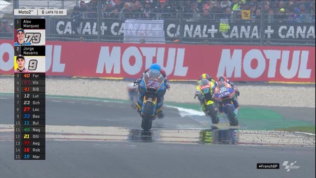 Moto2   Alex Marquez wint in Le Mans na race vol crashes