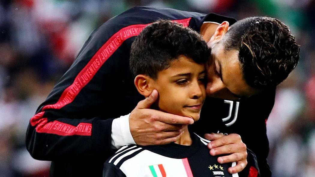Juventus Turin Cristiano Ronaldo Trifft Sohn Mit Scudetto