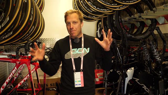 Descubre el interior de un camión de un equipo ciclista, con todas sus bicis y material