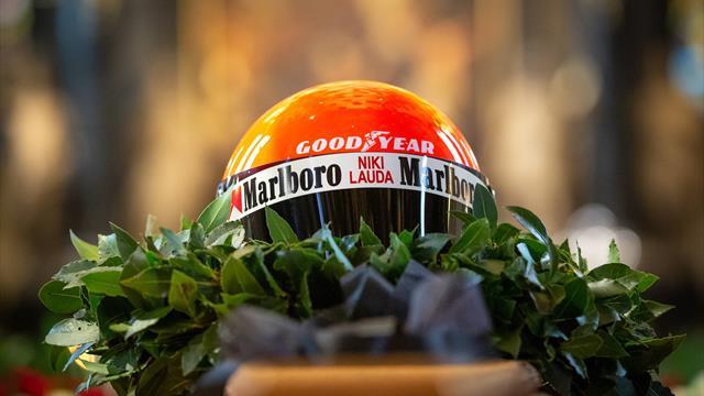 Niki Lauda, l'ultimo saluto: sulla bara il mitico casco rosso