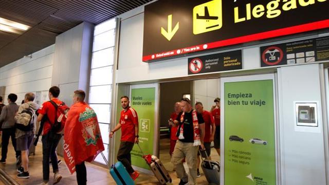 Las camisetas de Shaqiri, Salah y Firmino dan color al aeropuerto de Madrid