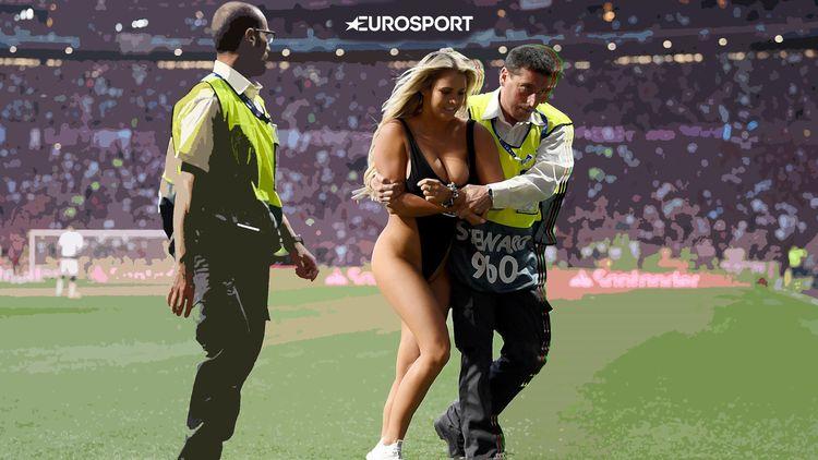 acab4eded3f56 Девушка выбежала на поле, но ее не показали по ТВ. К черту это правило! -  Лига чемпионов УЕФА 2018-2019 - Футбол - Eurosport