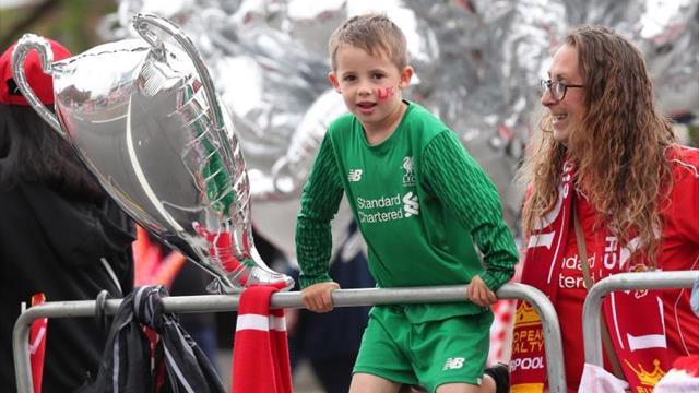 """Los """"reds"""" se dan un baño de multitudes por las calles de Liverpool"""
