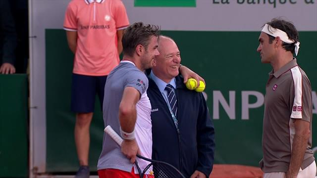 Wawrinka relaxed with referee as play is suspended