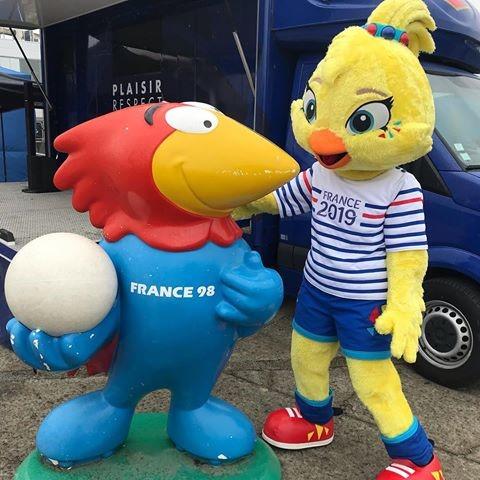 Kupanın maskotu Ettie ve Fransa 98'in maskotu Footix (Kaynak:  Instagram/ettiemascote)