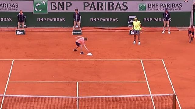 Roland-Garros2019: En medio del Federer-Nadal... ¡Cae un sombrero a la pista!