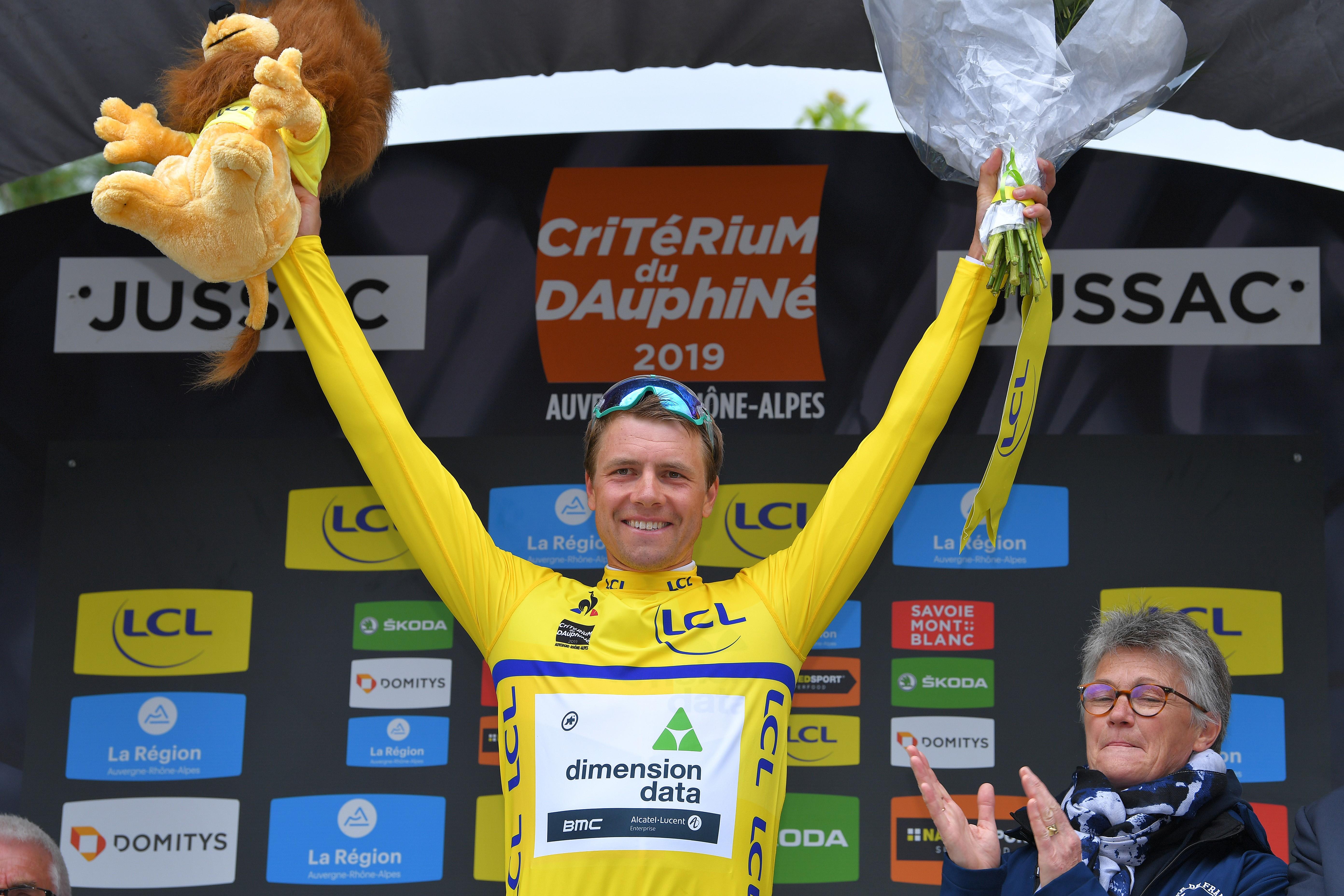 Edvald Boasson Hagen, Criterium du Dauphine'nin ilk etabını kazanmasının ardından podyumun tepesinde