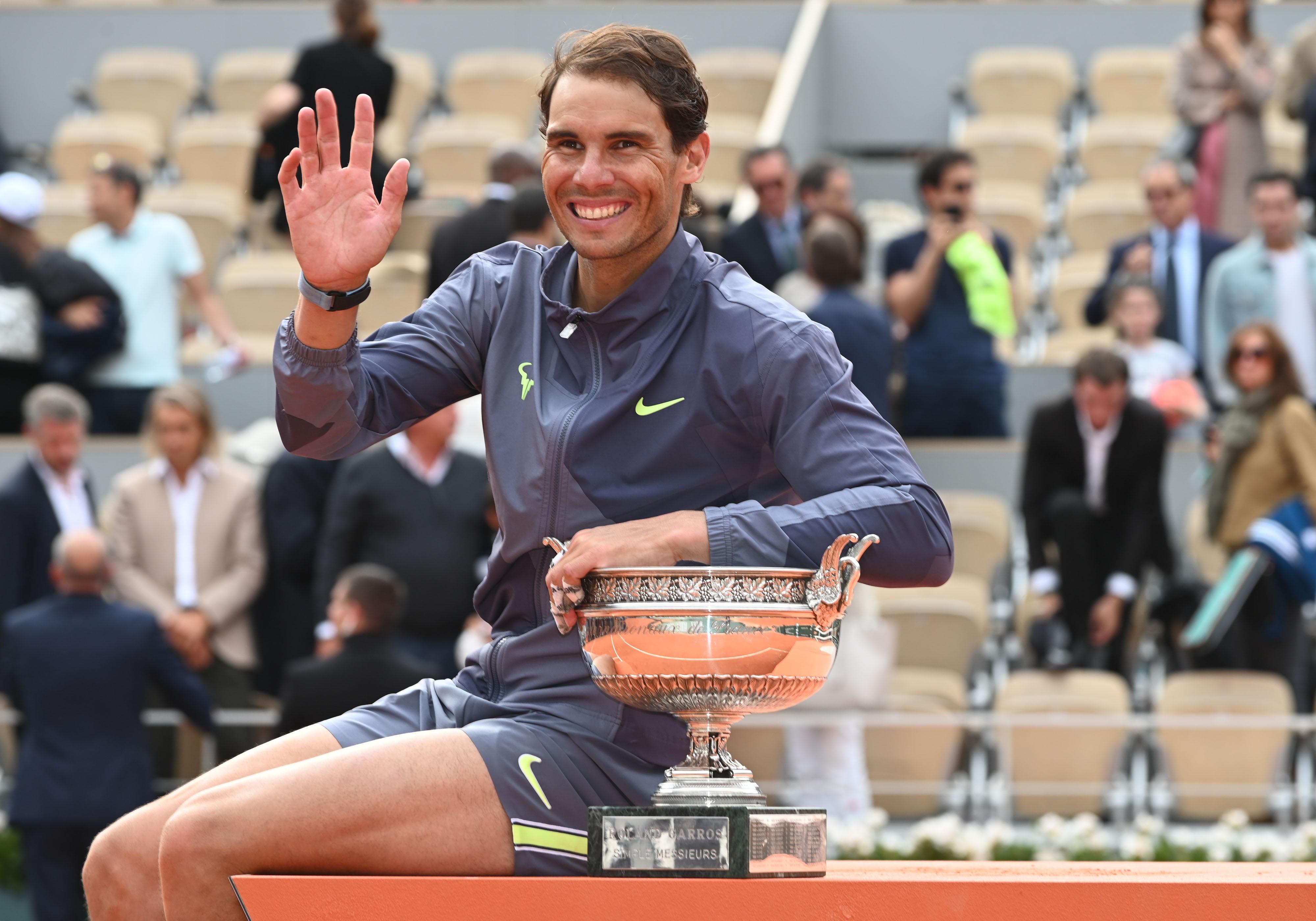 Rafael Nadal, 12. Roland Garros şampiyonluğu sonrası kupasıyla poz veriyor.