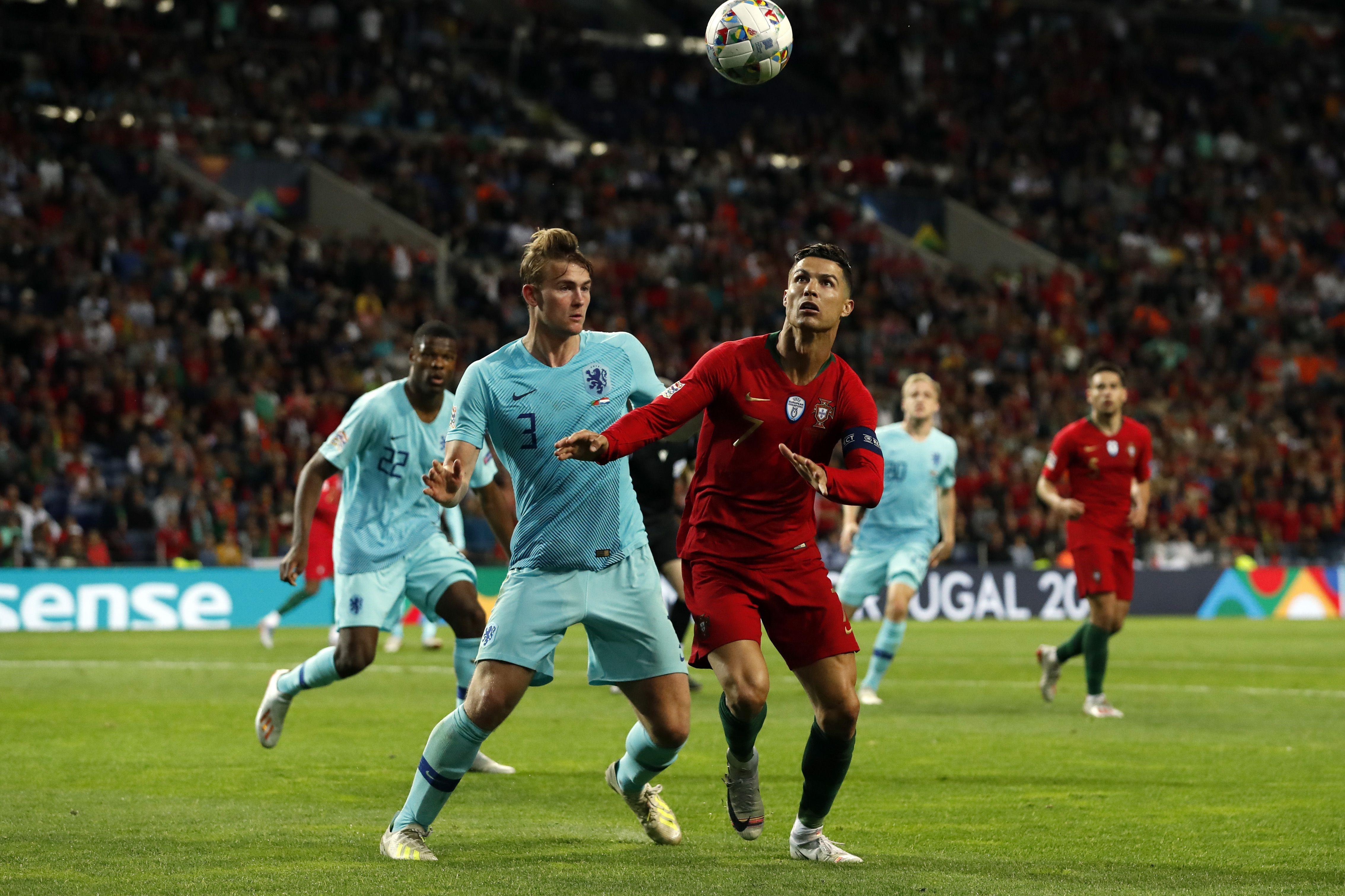 Matthijs de Ligt et Cristiano Ronaldo lors de Portugal - Pays-Bas