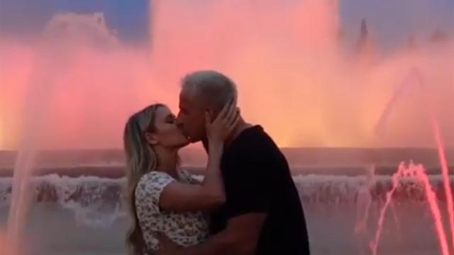 Кинси и ее бойфренд поцеловались на глазах толпы и искупались в фонтане