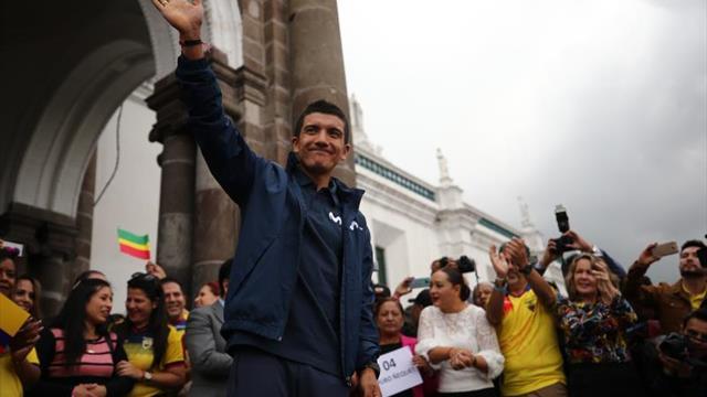 """Carapaz ofrece su """"maglia rosa"""" al pueblo ecuatoriano"""