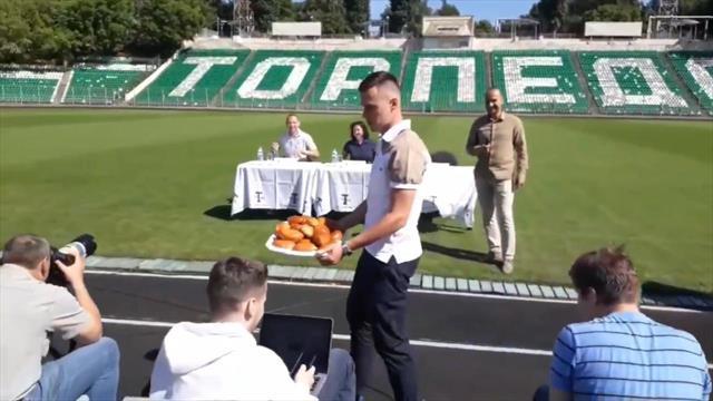 Вершина самоиронии от Рязанцева – он накормил зрителей пирожками в «Торпедо»