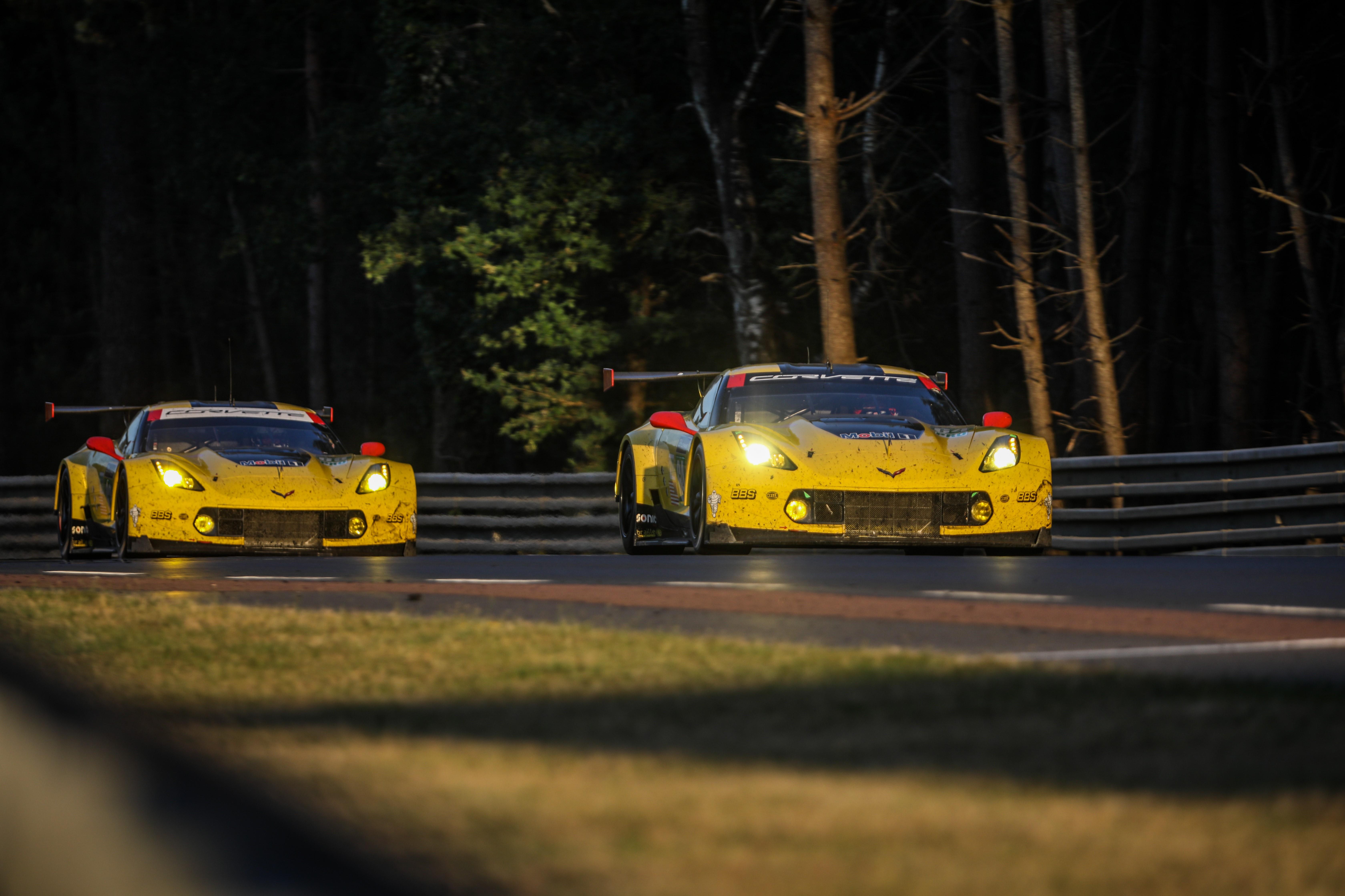 La Chevrolet Corvette n°63 de Jan Magnussen, Antonio Garcia et Jordan Taylor devant celle de la n°64 de Oliver Gavin, Tommy Milner et Marcel Fässler aux 24 Heures du Mans 2017