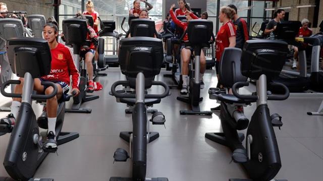 La selección española entrena en el gimnasio