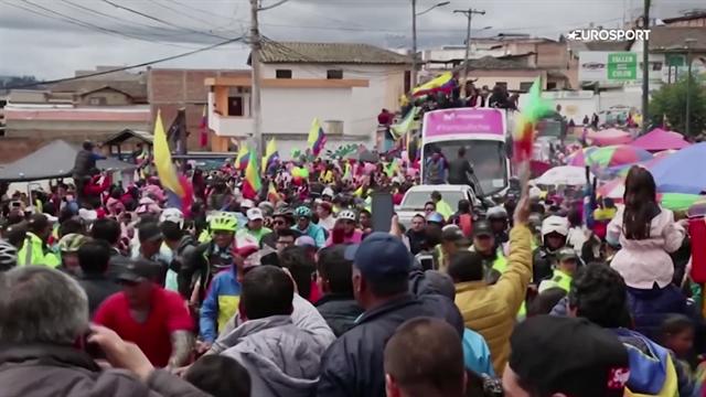 Richard Carapaz torna a casa col trofeo del Giro: bagno di folla in Ecuador