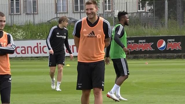 Leken Bendtner i godt humør på trening – tullet med RBK-assistenten