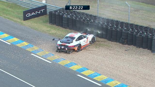 La Porsche #86 finisce a muro: Wainwright si inghiaia e non riesce più a ripartire