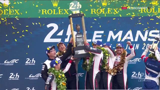 Non solo Fernando Alonso: tutto il Team Toyota solleva il trofeo