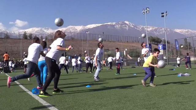 Cientos de aficionados al fútbol intentan batir el récord de toques de cabeza simultáneos