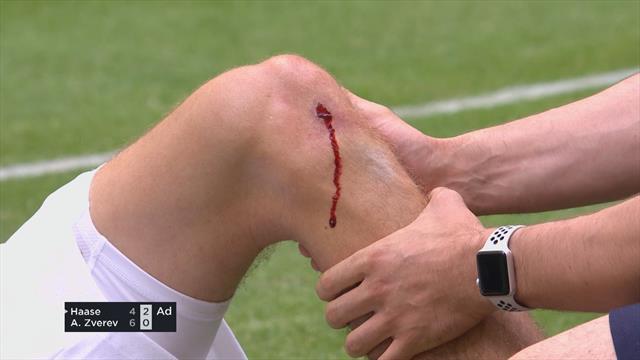 Бедняга Зверев в кровь разбил колено в попытке дотянуться до мяча