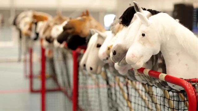 Соревнования по конному спорту прошли без коней. Это видео зарядит тебя позитивом
