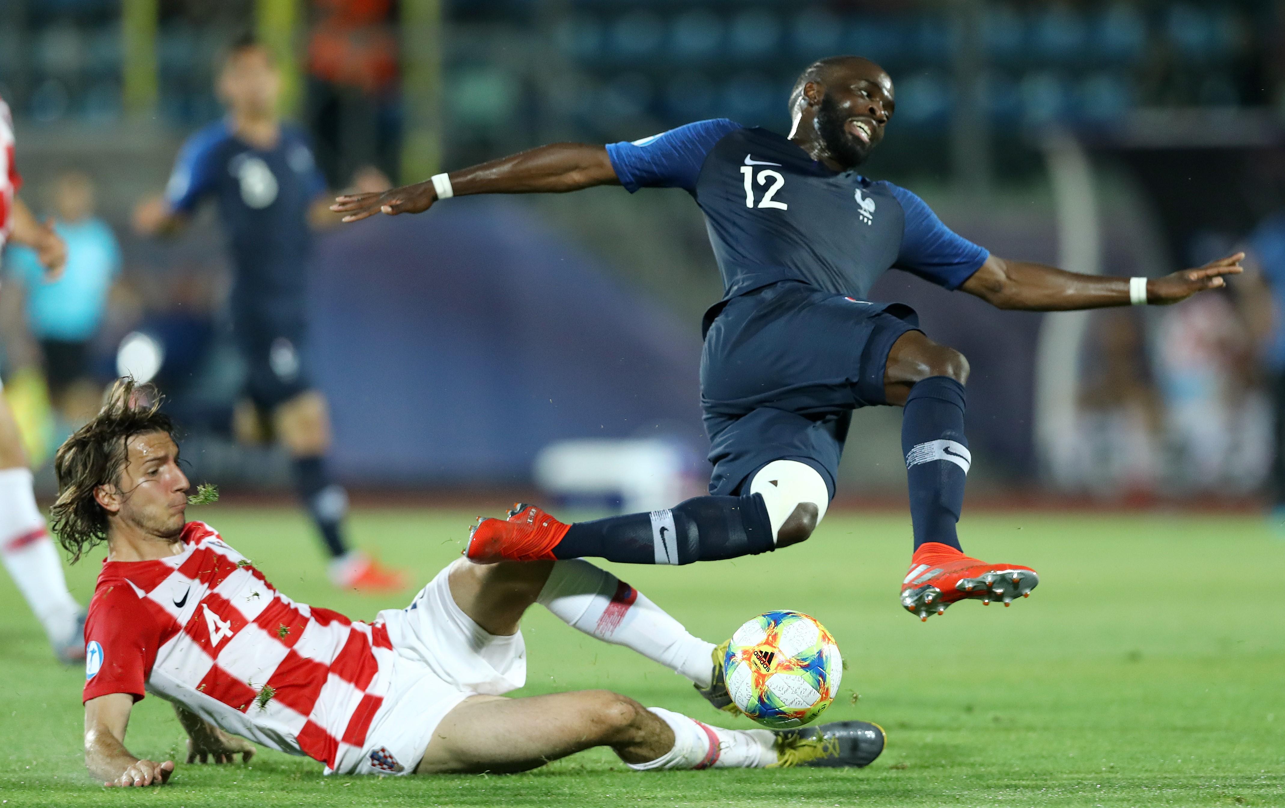 Ivan Sunjic tacle Jonathan Ikoné lors de France-Croatie / Euro espoirs 2019