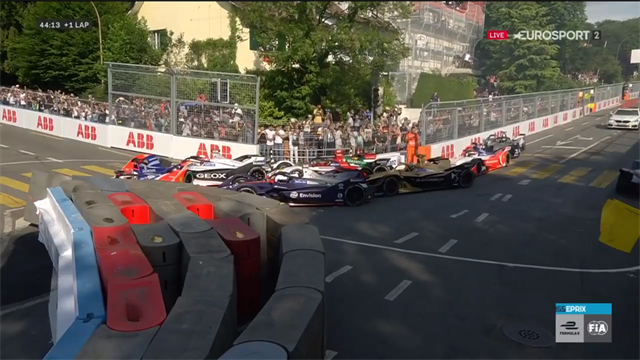 La première chicane a fait des dégâts : un carambolage XXL a paralysé la course