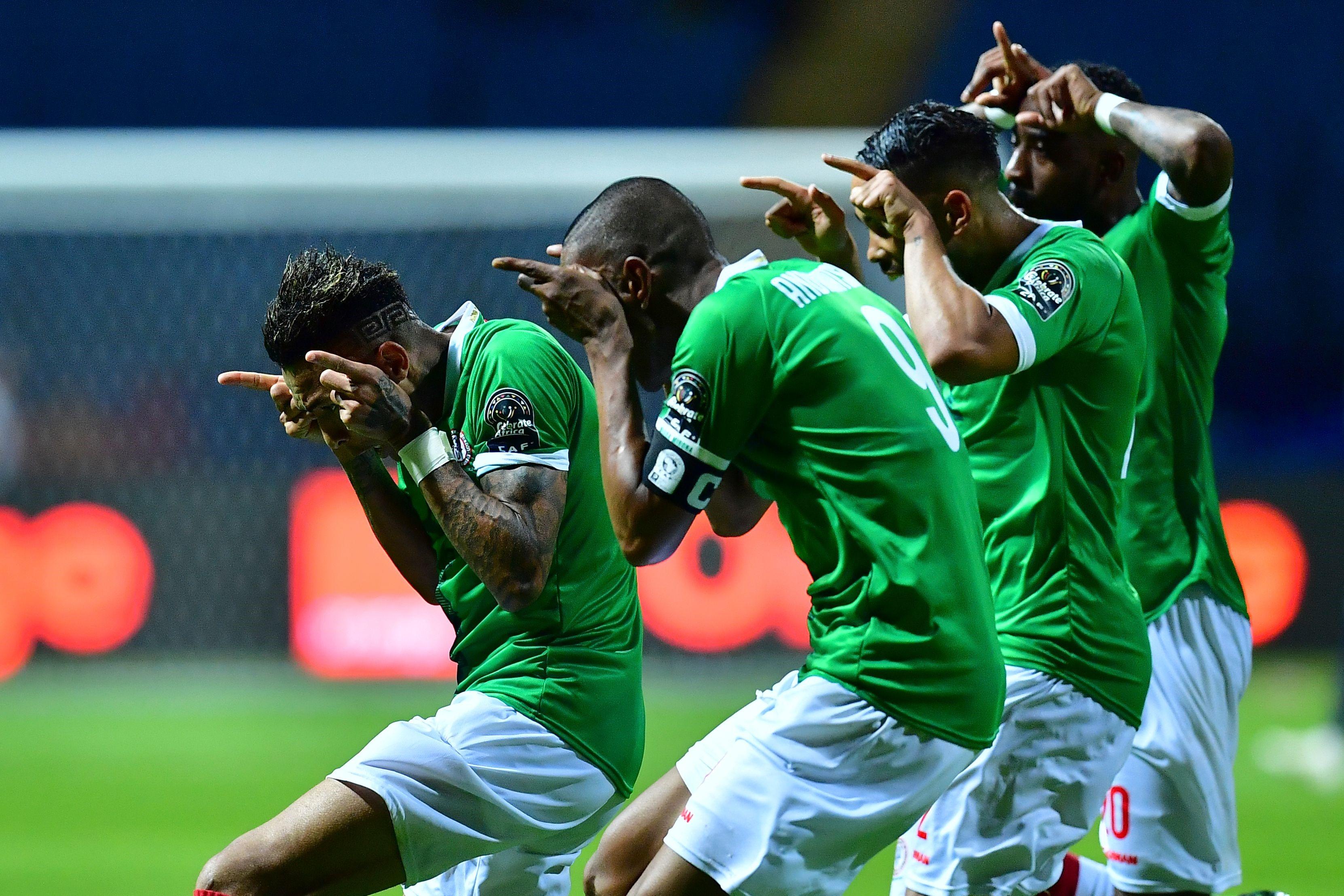 """Madagaskarlı oyuncular galibiyeti """"Barea"""" (sığır) sevinciyle kutluyorlar."""