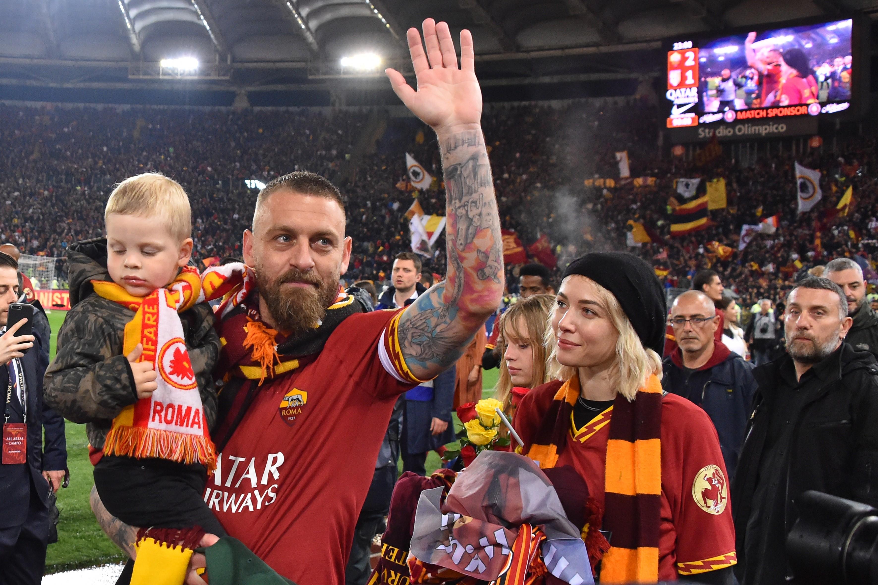 Daniele De Rossi, Roma taraftarlarına veda ediyor.