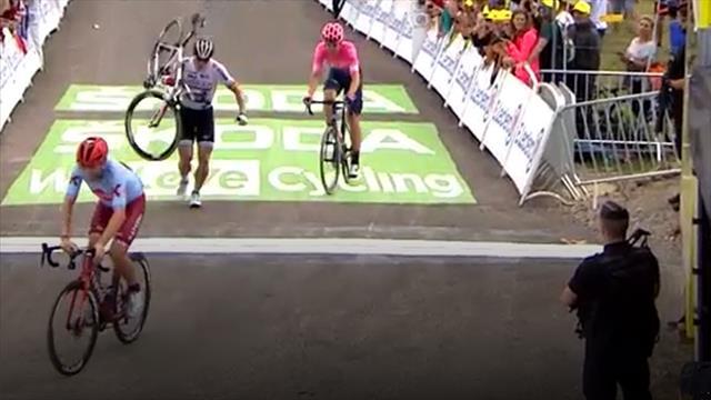 Tour de Francia 2019: Greipel no podía más y acabó en Les Blanches andando con la bici al hombro