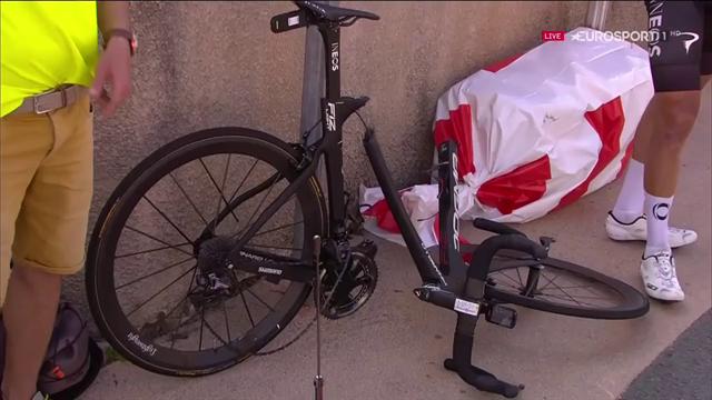 Brutta caduta per Geraint Thomas, bicicletta spezzata a metà e l'ex vincitore del Tour