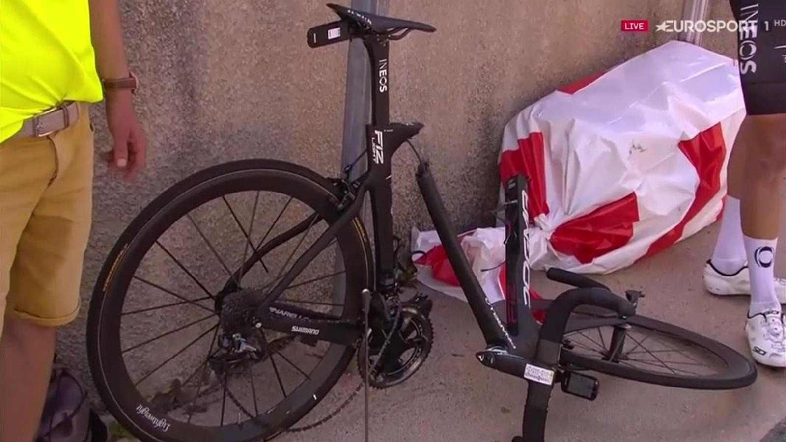 ¡Una imagen que asusta! La bici de Geraint Thomas completamente destrozada  tras su caída