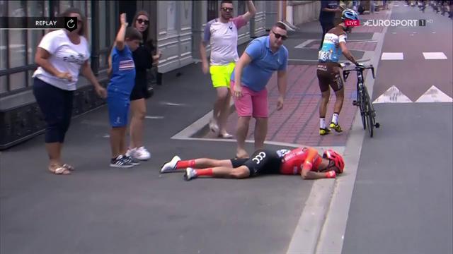 Paura per Alessandro De Marchi: bruttissima caduta, abbandona il Tour in ambulanza