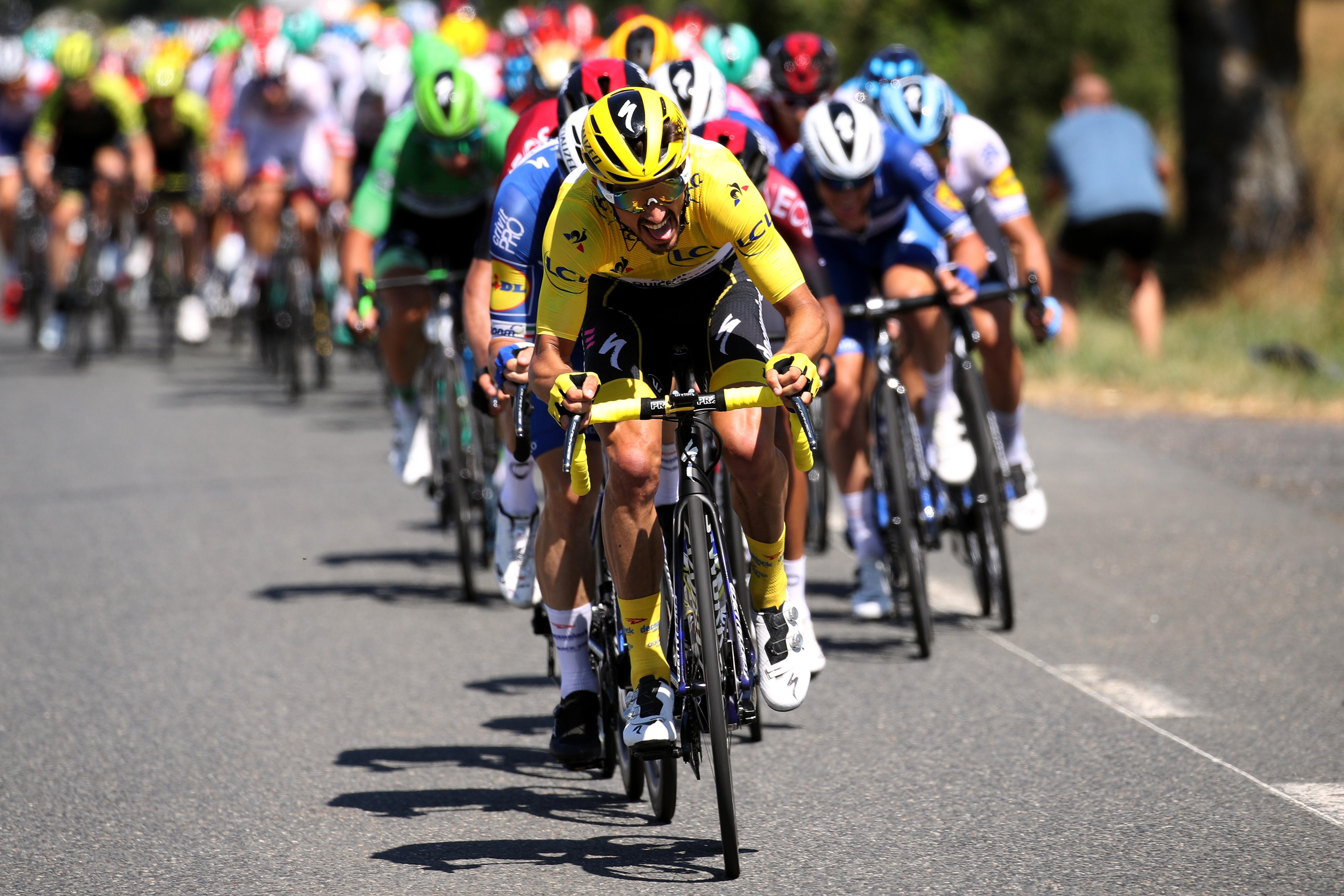 Julian Alaphilippe ve takımı Deceuninck - Quick-Step, çapraz rüzgarlar esnasında tempo yaparak pelotonu parçalara bölüyor.