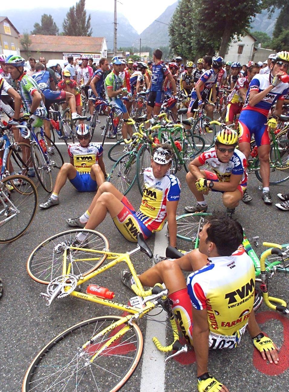 Tour de France 1998 : les courreurs protestent à Tarascon-sur-Ariège à propos du traitement médiatique du dopage