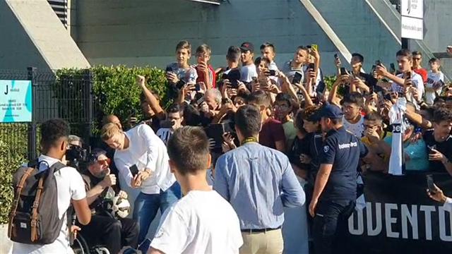 De Ligt, che esaltazione al J Medical! I tifosi bianconeri abbracciano il loro nuovo idolo