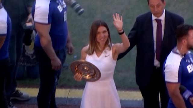 Halep, l'accoglienza in Romania è regale: festeggia il trionfo a Wimbledon in uno stadio pieno