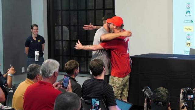 Tremendo momento: Un periodista le pide a Klopp un abrazo... ¡y el técnico se lo da!