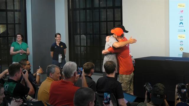 Giornalista indossa la maglia del Liverpool e chiede un abbraccio a Klopp, risate in sala stampa