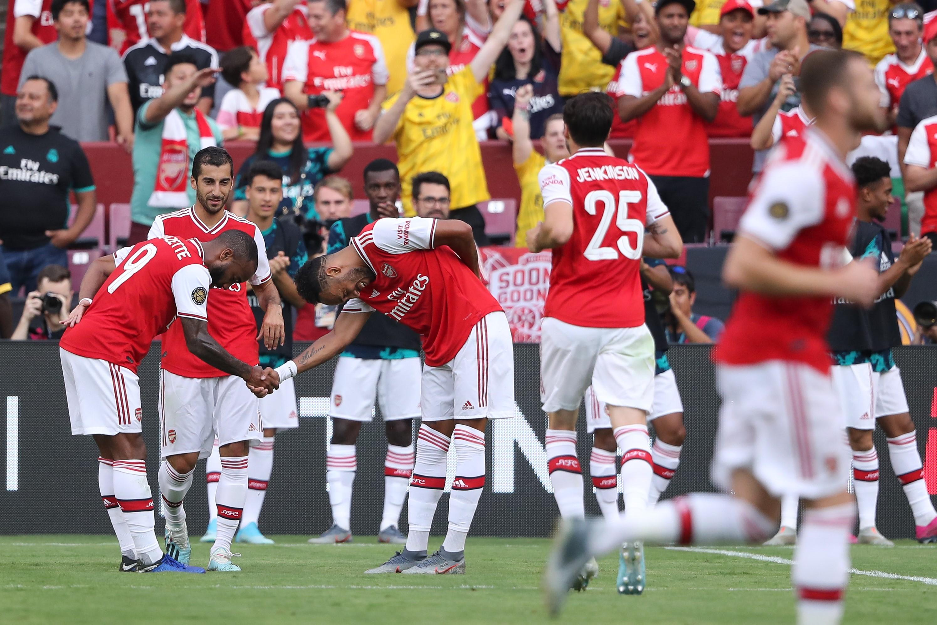 Pierre-Emerick Aubameyang, Arsenal'ın Real Madrid'le oynadığı hazırlık maçında attığı golü takım arkadaşlarıyla kutluyor.