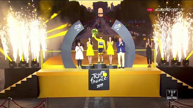 Che emozione! Egan Bernal veste la maglia gialla sullo sfondo di Parigi