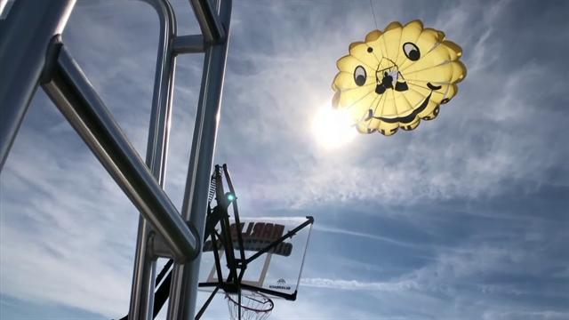 L'ultima pazzia degli Harlem Globetrotters: canestro da 30 metri sospeso sul mare col paracadute!