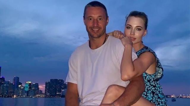 Малкин годно затроллил Ковальчука эмодзи с каблуком за семейное фото