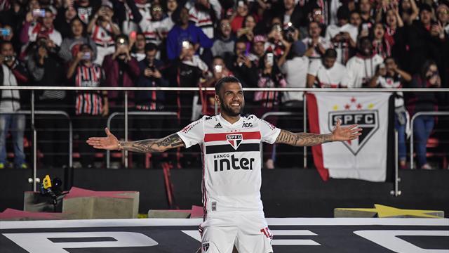 Premier match... et premier but pour Dani Alves avec Sao Paulo