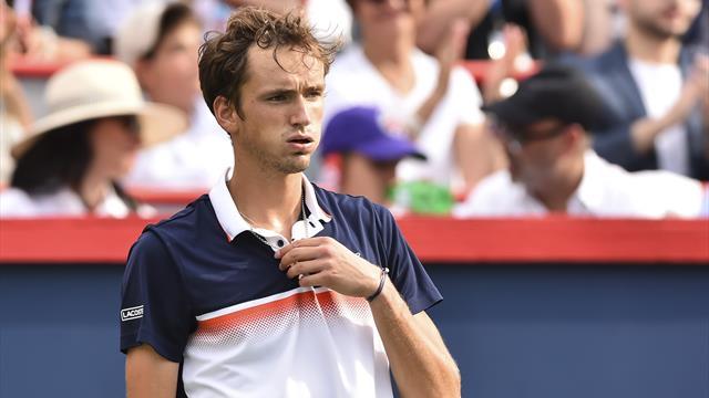 Медведев гонится за третьим финалом подряд. Смотри прямо сейчас его матч первого круга с Эдмандом