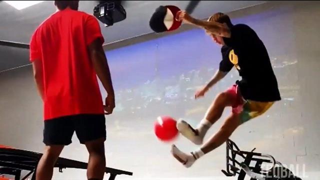 Бибер сыграл в текбол и показал трюк, который повторят не все профессиональные футболисты